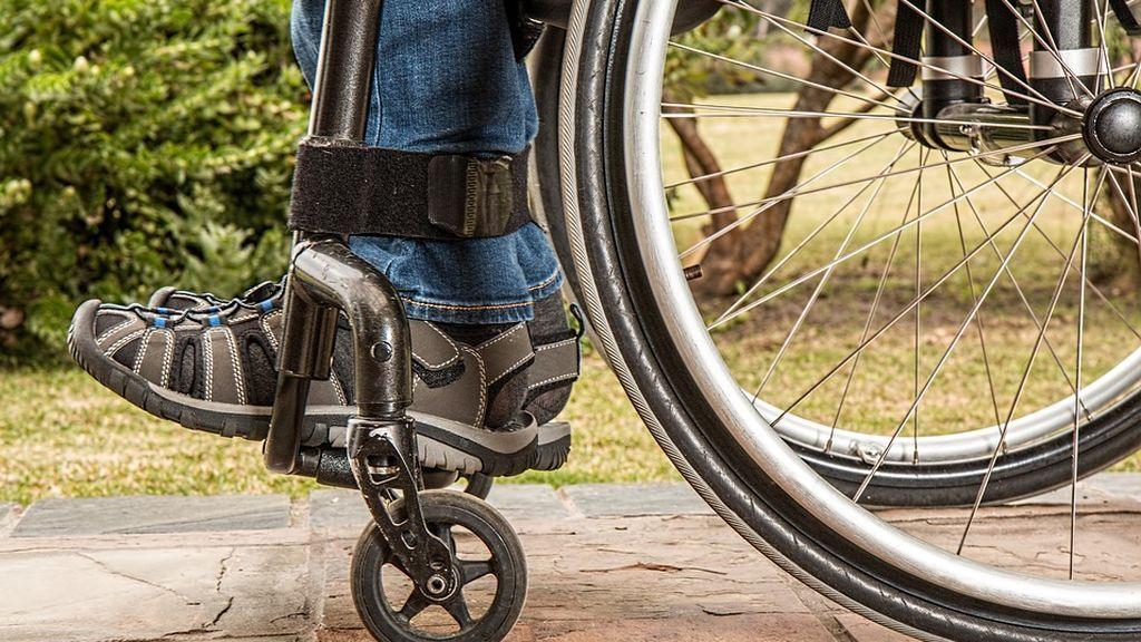 Un AVE arranca mientras bajaba de un vagón un joven en silla de ruedas dejándolo herido en la vía