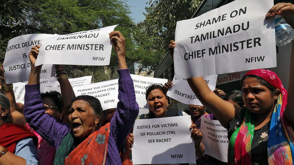 Golpean y afeitan la cabeza a una madre y una hija por resistirse durante una violación grupal en India