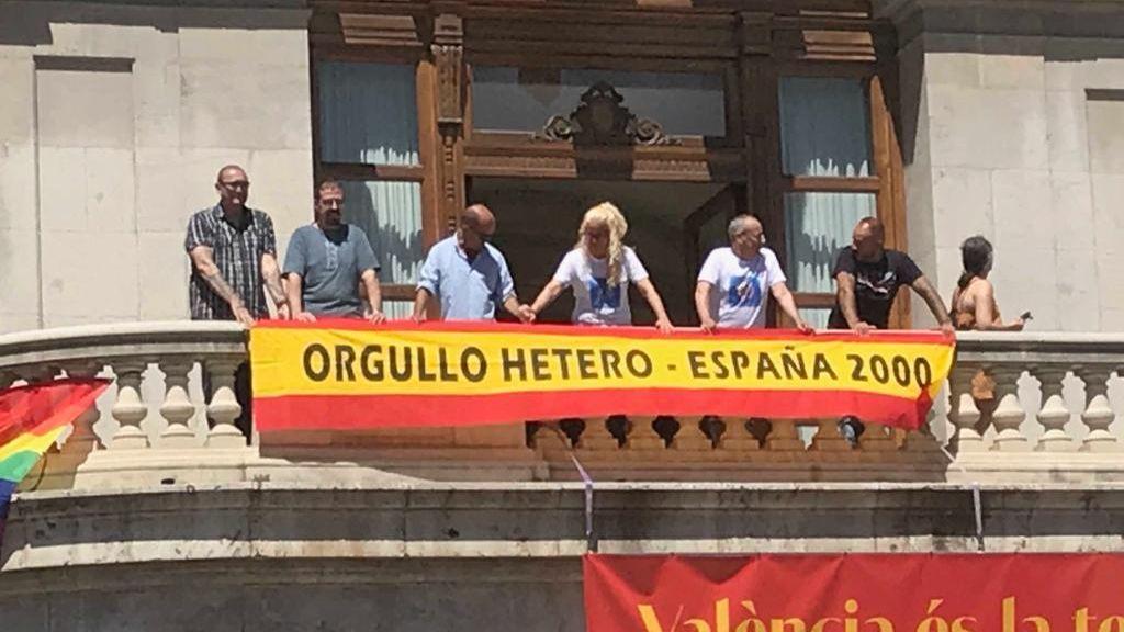 """España 2000 coloca una bandera de """"orgullo hetero"""" encima de la LGTBI en el Ayuntamiento de Valencia"""