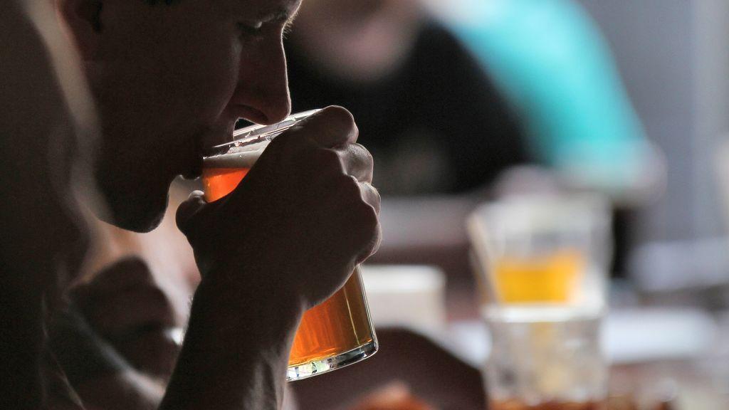 La cerveza no se libra: detectan que comemos y bebemos microplásticos de manera continua