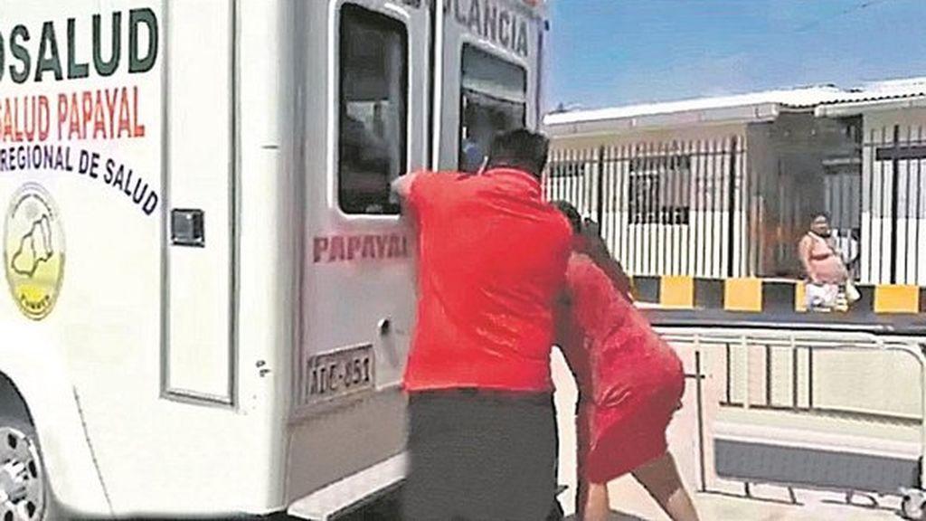 Un paciente muere al no poder sacarlo de la ambulancia porque la puerta se atrancó