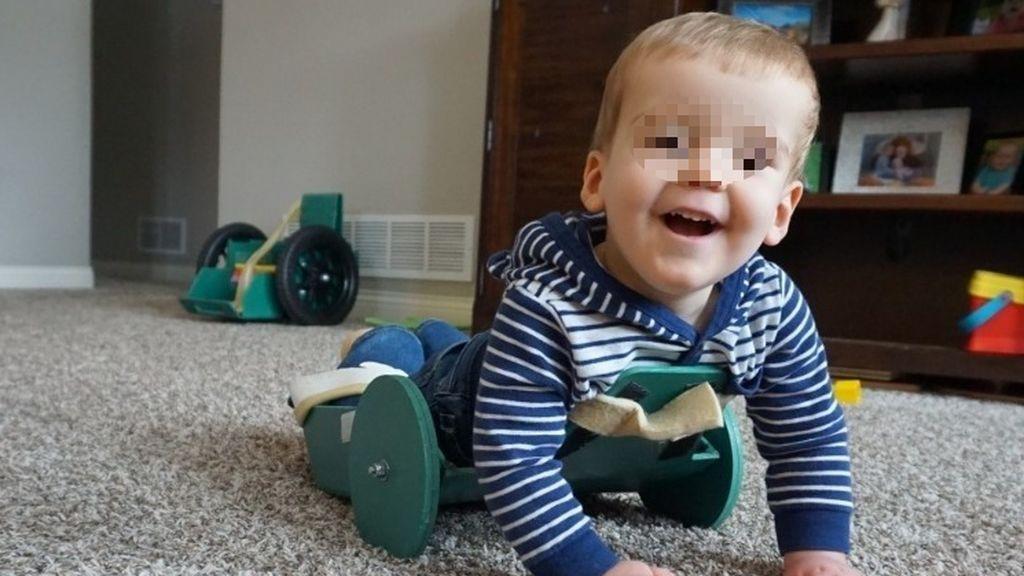 Un invento de su padre ayuda a un niño de dos años con espina bífida a moverse con libertad