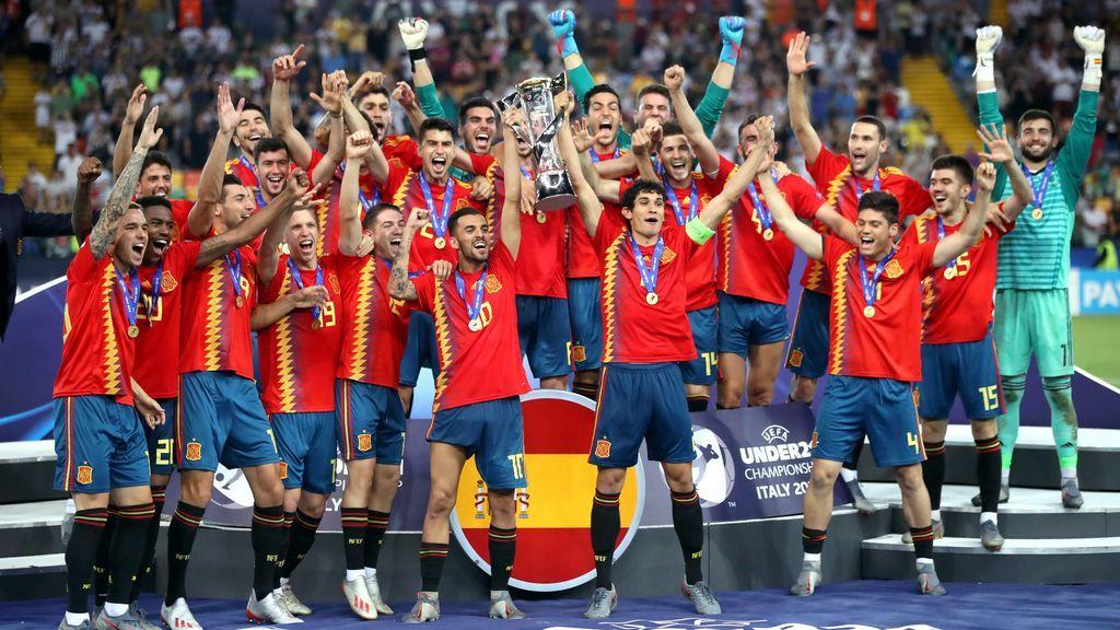 El momento en el que Jesús Vallejo y Dani Ceballos levantan la copa de campeones de Europa Sub-21