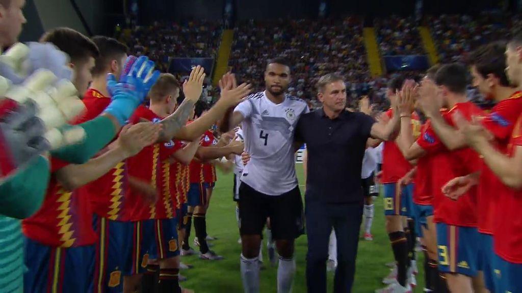 Deportividad y saber ganar: El pasillo de España a Alemania tras caer en la final del Europeo Sub21