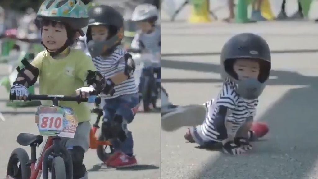 El precioso gesto de un niño: Ayuda y anima a otro para subirse otra vez a su moto