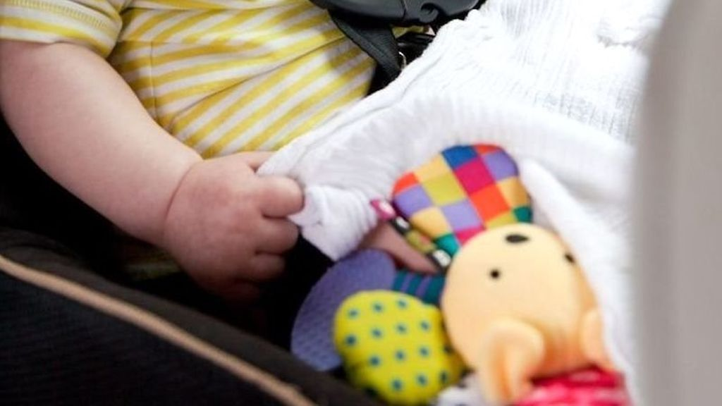 Rescatan a dos bebés que sus padres habían dejado en el coche mientras hacían la compra