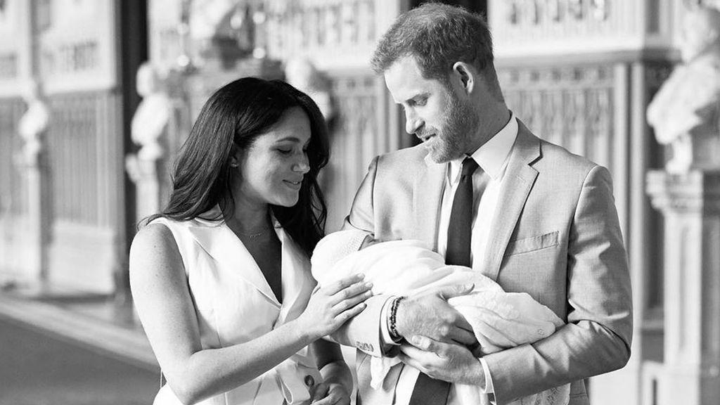 Los duques de Sussex protegen del público y los focos el bautizo de su hijo