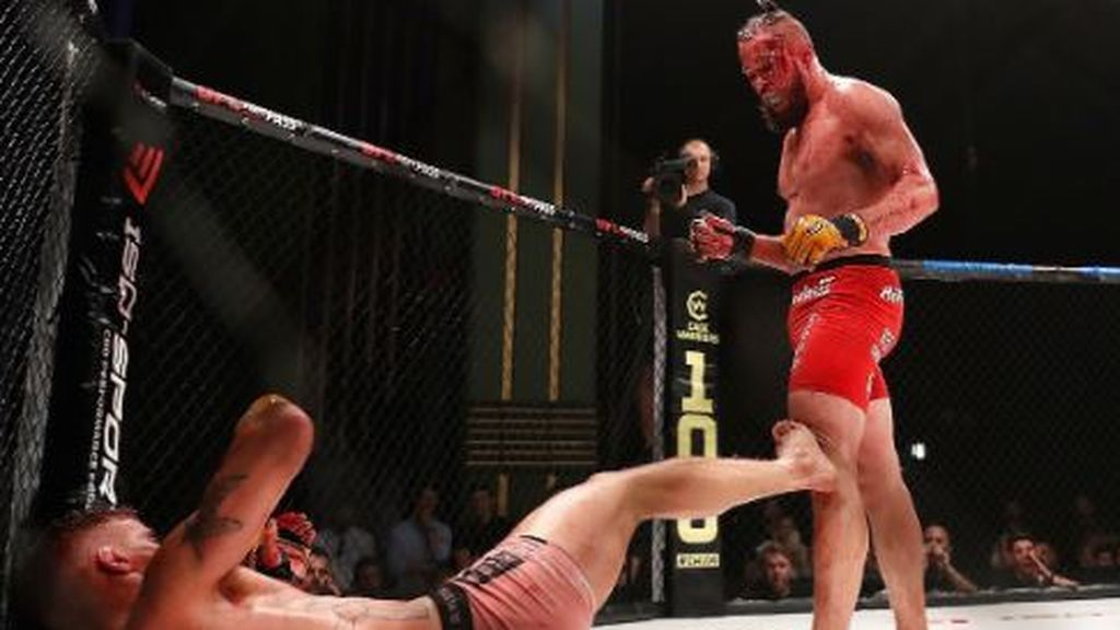 Suspenden la pelea más salvaje de artes marciales por la cantidad de sangre derramada en la lona