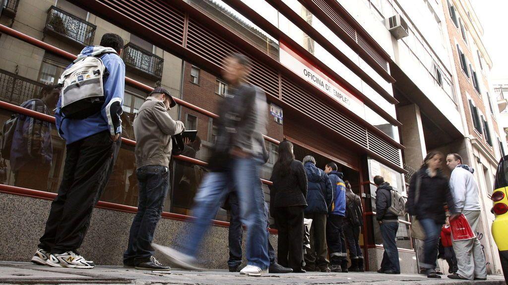 El paro cae en 63.805 personas en junio y marca su nivel más bajo en once años