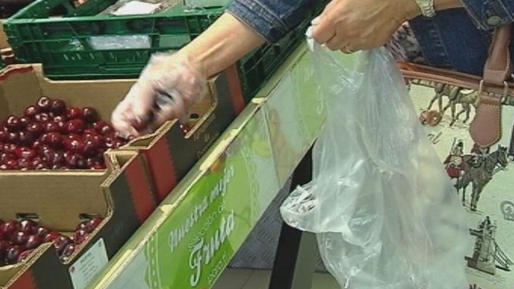 Carritos de la compra y bolsas reutilizables para celebrar el Día Internacional sin Bolsas de Plástico