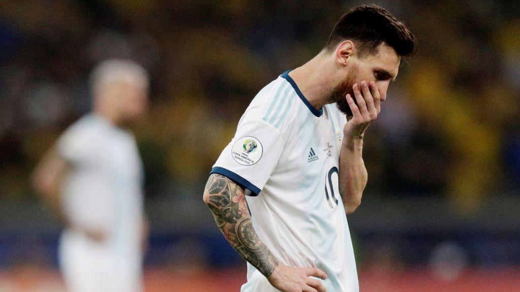 Messi cae ante Brasil y termina rajando de los árbitros