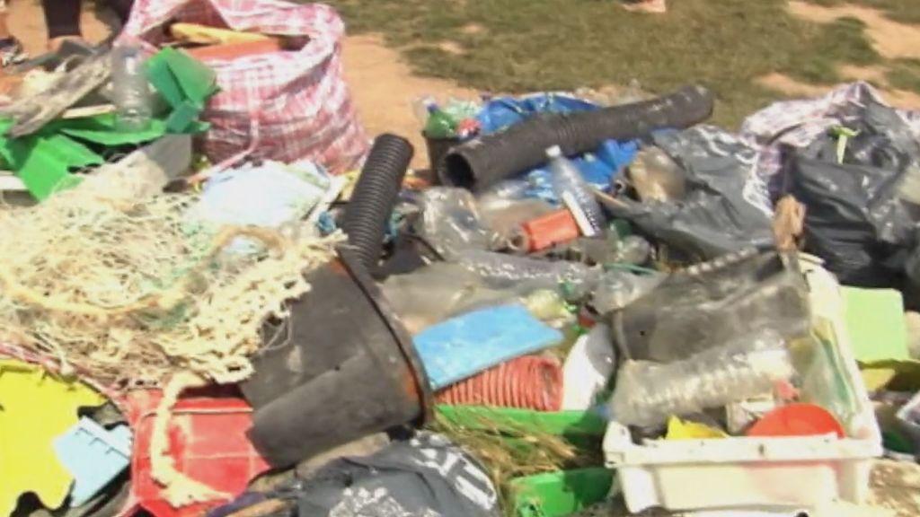 Bombonas, extintores y cuerdas entre los residuos encontrados en una playa de Guipúzcoa