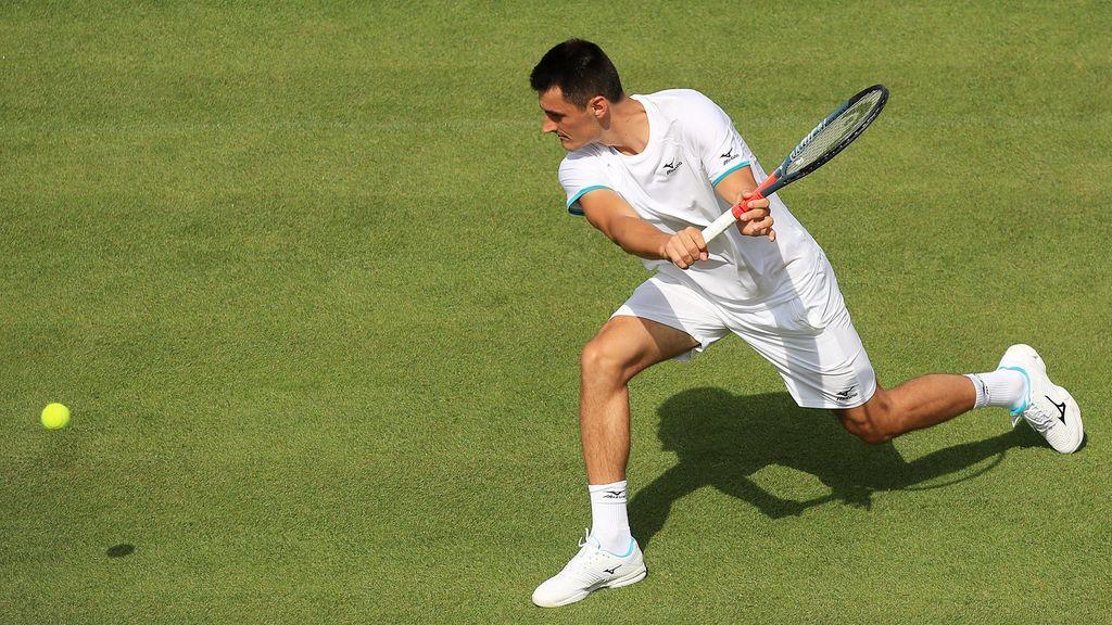"""Wimbledon vuelve a multar a Tomic por no jugar con """"estándares profesionales"""""""
