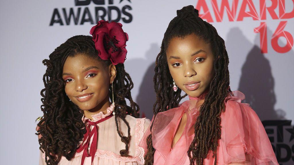 Halle Bailey (izquierda), junto a su hermana Chloe.