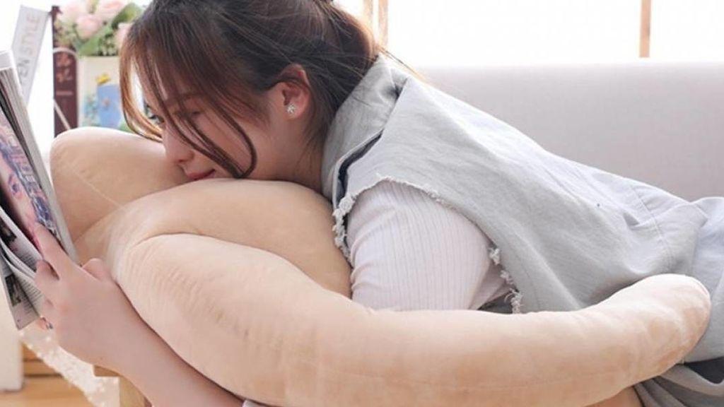 Inventan una almohada para quienes tengan la necesidad de abrazar