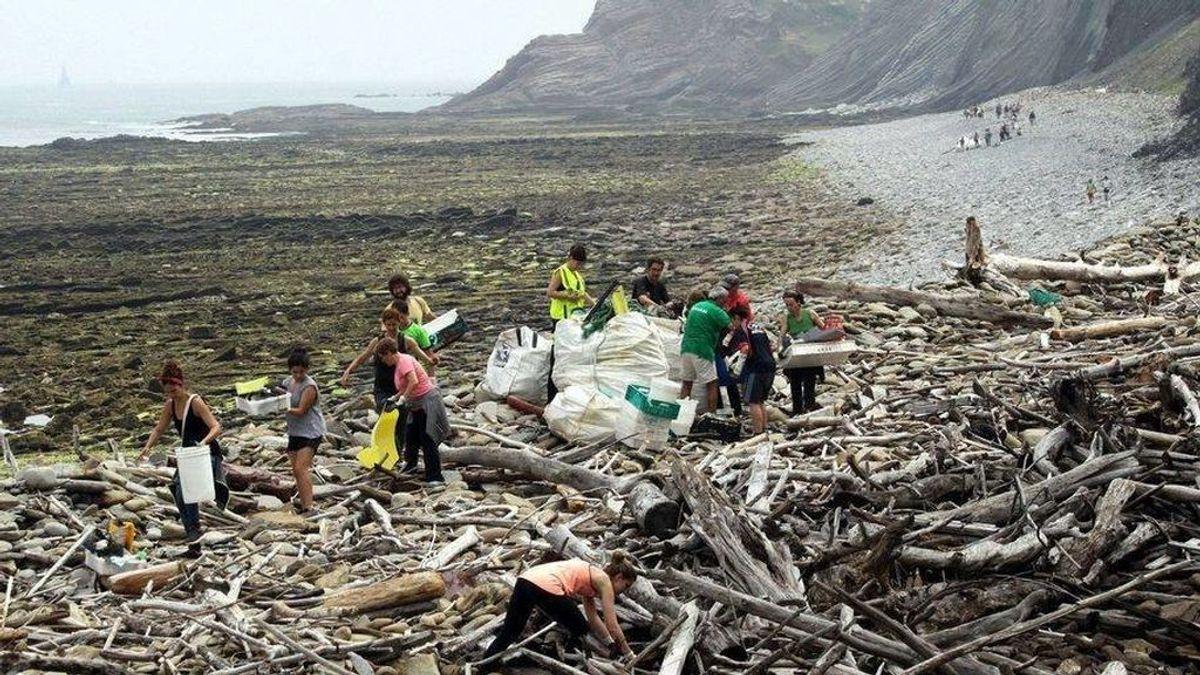 Decenas de personas se movilizan para recoger plásticos en el Flysch de  Zumaia