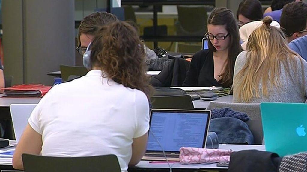 Las mujeres universitarias tienen más contratos indefinidos y ganan menos que los hombres