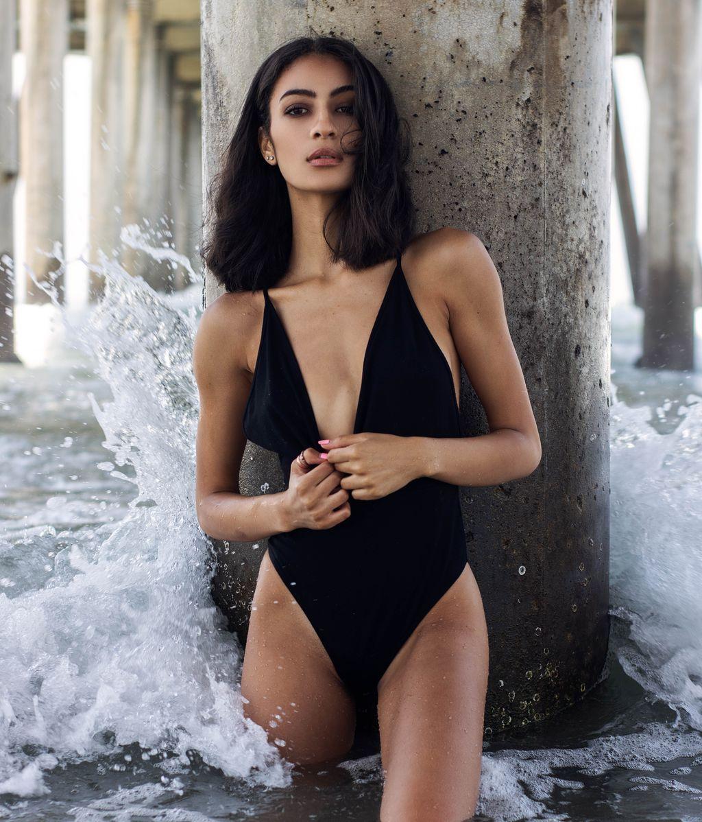 beach-beautiful-woman-brunette-2434781