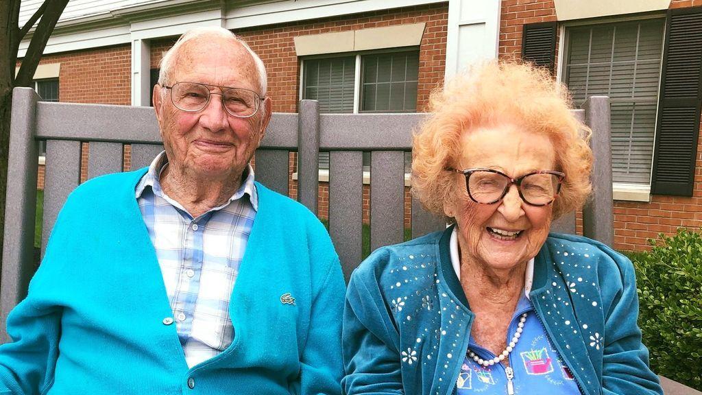Una mujer de 103 años y su compañero de 100 se casan tras un año de noviazgo