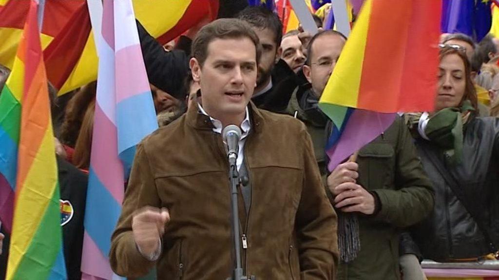Albert Rivera, rodeado de banderas arcoíris en la manifestación de Colón que compartió con PP y Vox