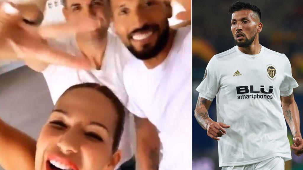 Garay se apunta al 'Orgullo' junto a Tamara Gorro: El futbolista disfruta en Madrid en la carroza de la Liga Iberdrola