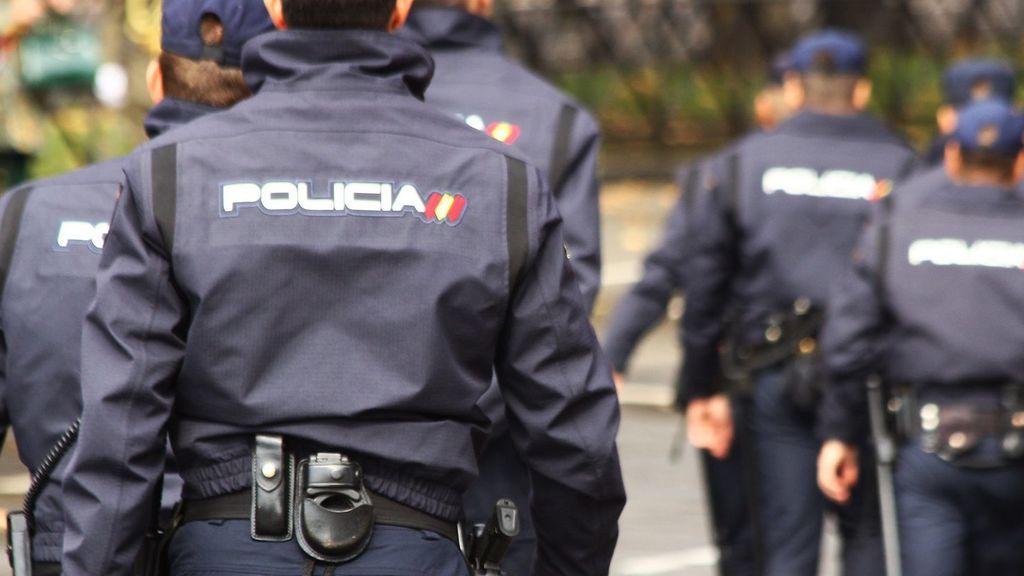 Cuatro policías nacionales salvaron a un joven atrapado en un incendio en Madrid