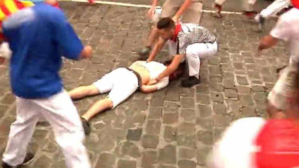 Momentos de tensión cuando un corredor queda inconsciente en el suelo en el primer encierro de San Fermín