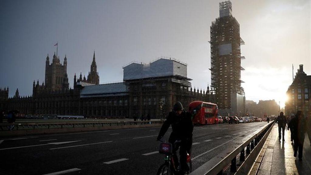 Un barco turístico choca contra uno de los pilares del puente de Westminster, que ha sido cerrado temporalmente