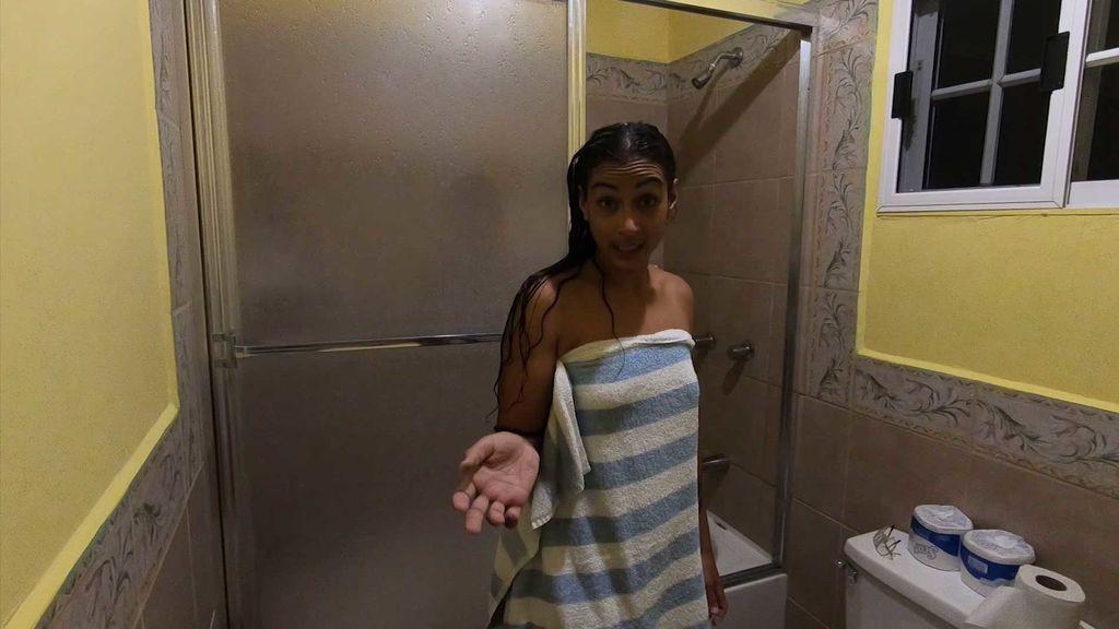 """Dakota nos muestra el resultado de su primera ducha: """"Ha salido el agua negra"""""""