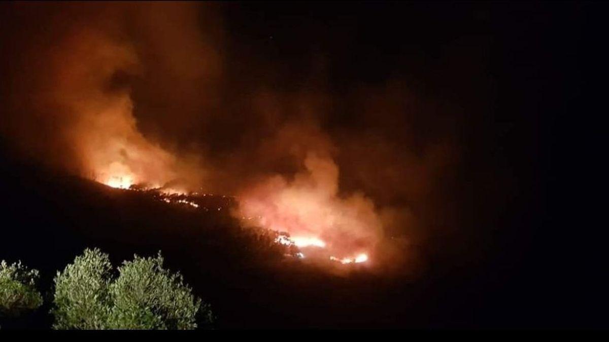 Un incendio forestal en Ceuta obliga a desalojar un centro de menores y varios chalets