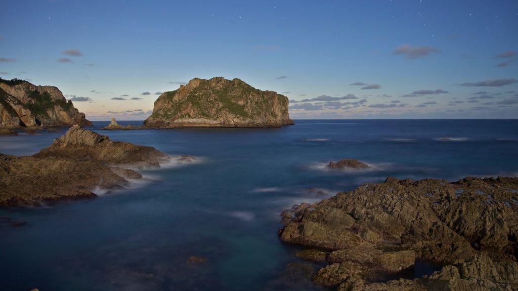 Rescatada una familia que quedó enriscada en unas rocas a 500 metros de la playa del Oso, en Asturias