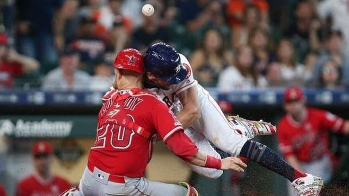 El brutal choque entre dos jugadores de béisbol que mandó al cácher al hospital