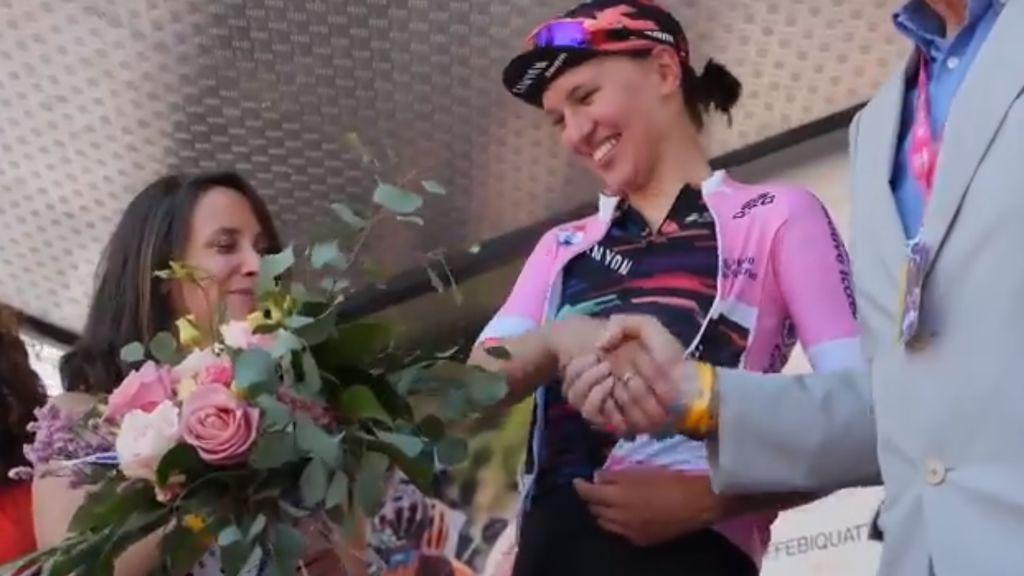 El interminable apretón de manos de la líder Niewiadoma en el Giro de Italia Femenino