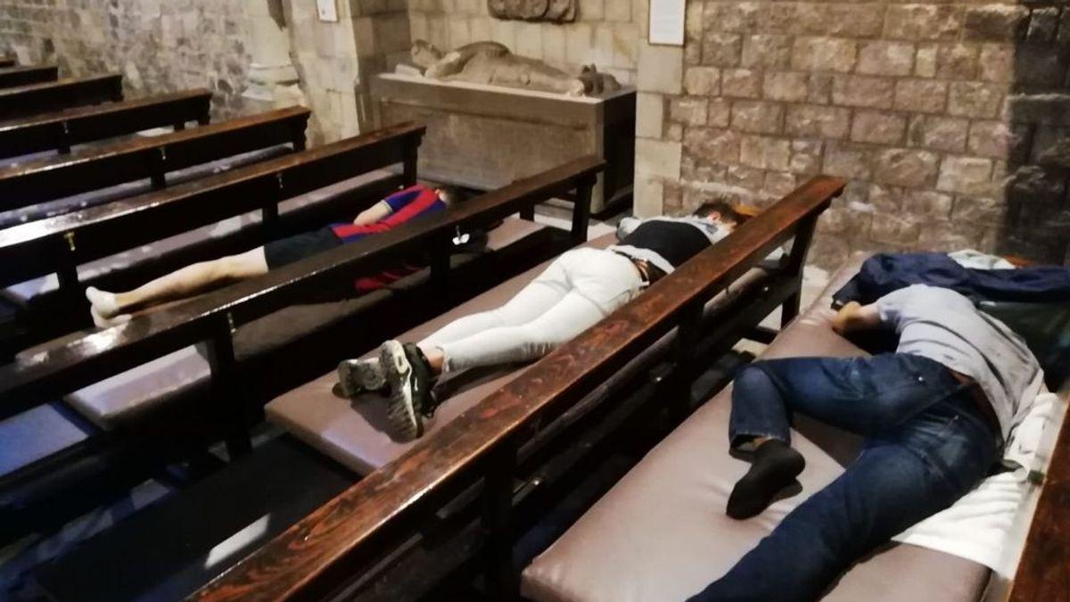 Menores extranjeros acampan en el exterior de la parroquia de Santa Ana