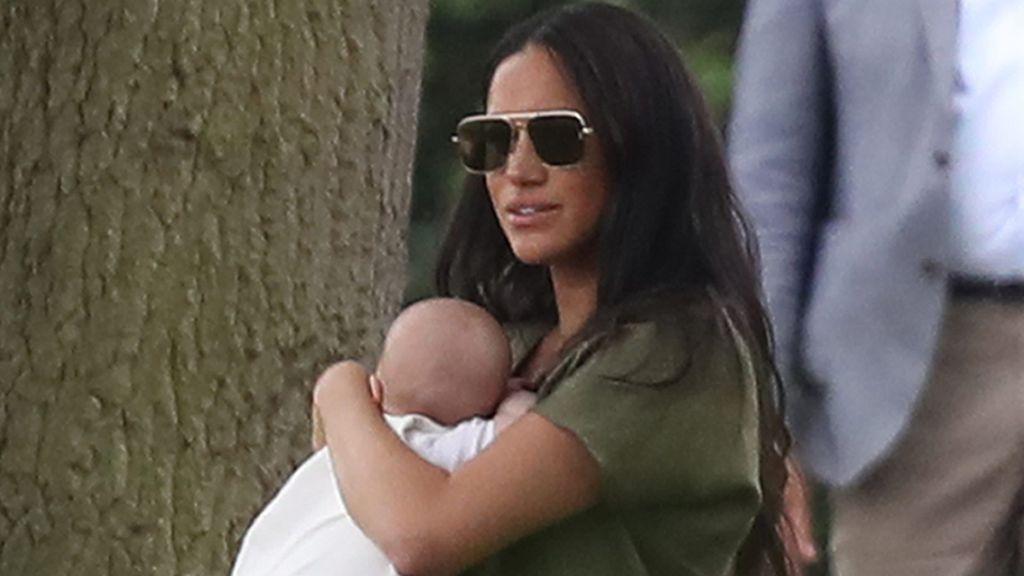 """Meghan Markle reaparece en público con su hijo Archie en brazos y le llueven las críticas: """"No tiene ni idea de sujetar a un bebé"""""""
