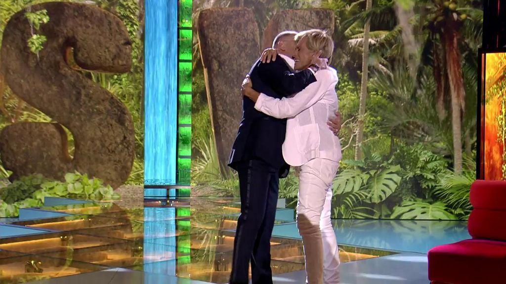 """El emotivo reencuentro de Jorge Javier y Chelo entre abrazos y lágrimas: """"Me hubiera gustado que en 'Sálvame' se hablara de otras cosas"""""""