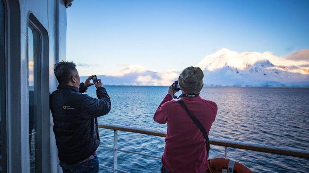 Intrepid-Travel-Peregrine-Adventures-Antarctica_passengers_Ocean-Endeavour_051