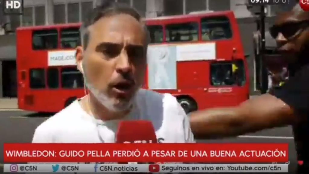 El periodista mexicano Danny Miche se lleva un puñetazo en directo y ni se inmuta