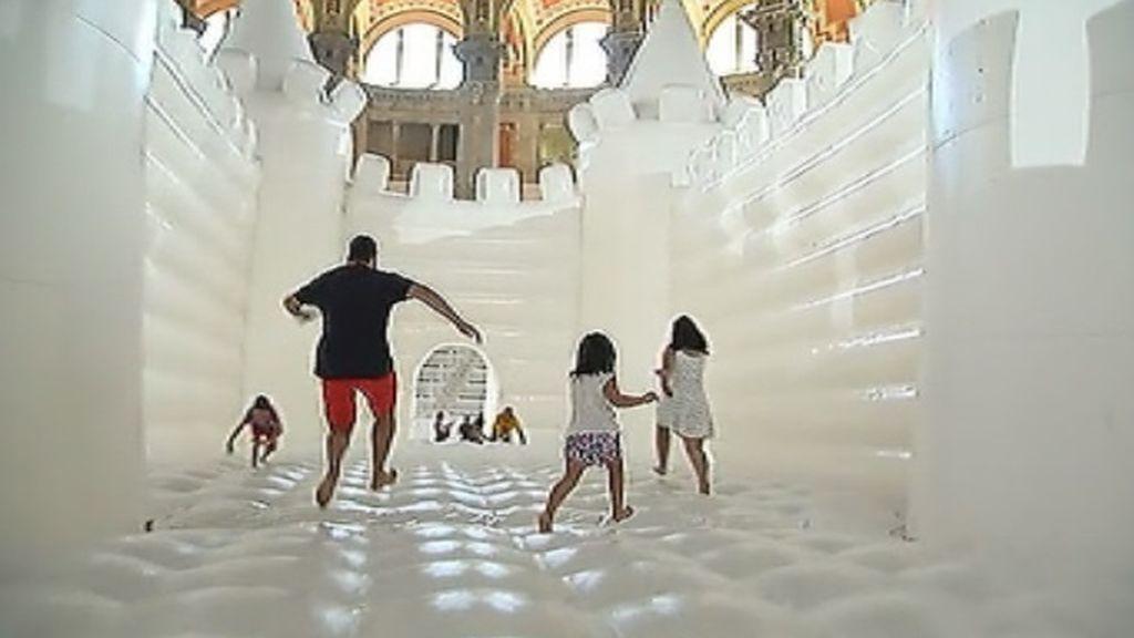 Un enorme castillo hinchable invade el Museo Nacional de Arte de Cataluña