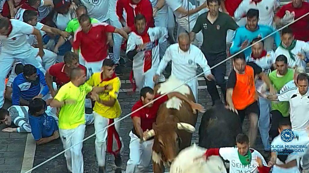 Encierro de los Sanfermines: multan con 4.000 euros a un corredor 'reincidente' por agarrarse a los toros