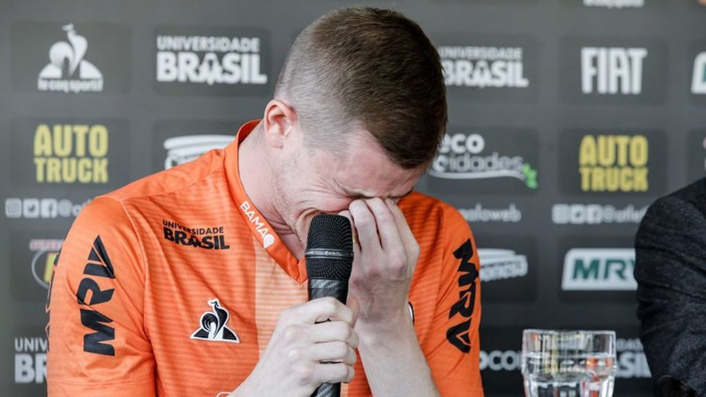 Un futbolista brasileño rompe a llorar en rueda de prensa al anunciar que deja el fútbol por un problema cardiaco