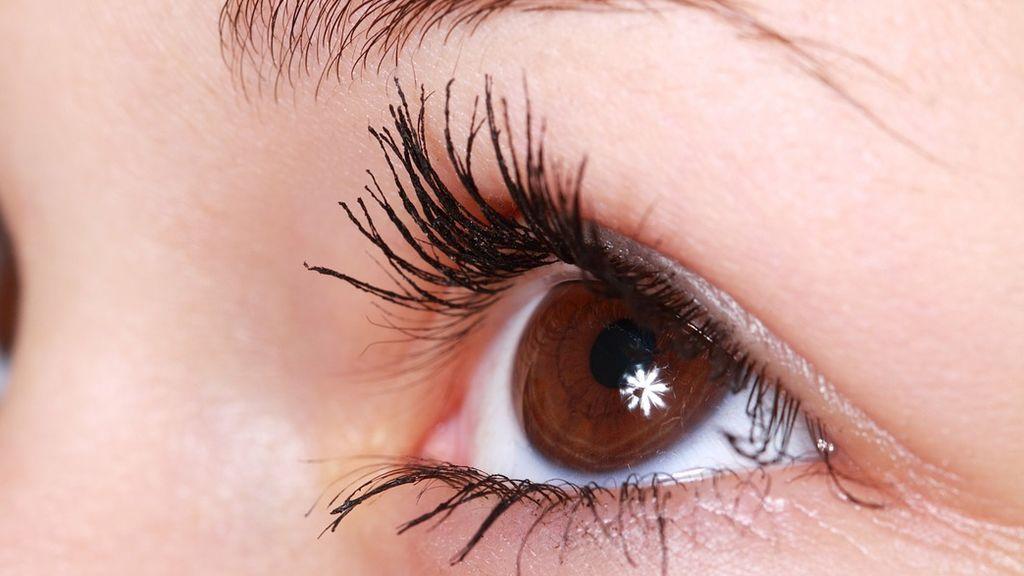 Una mujer casi se queda ciega por un parásito que se le pegó a la lentilla