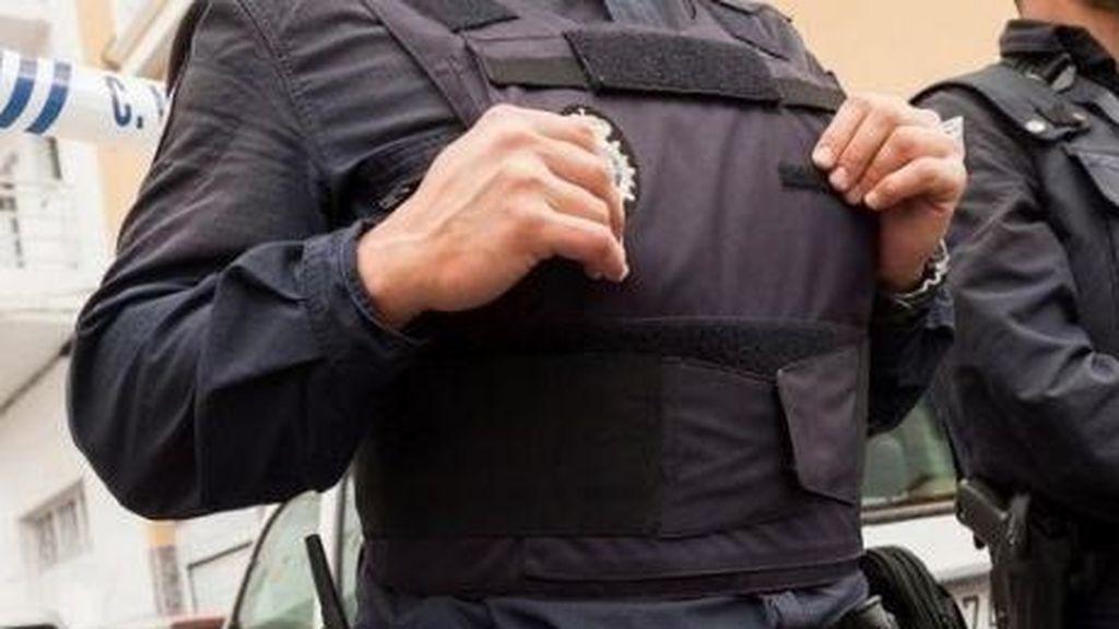 Una policía se detecta cáncer de mama en fase temprana gracias a su chaleco antibalas