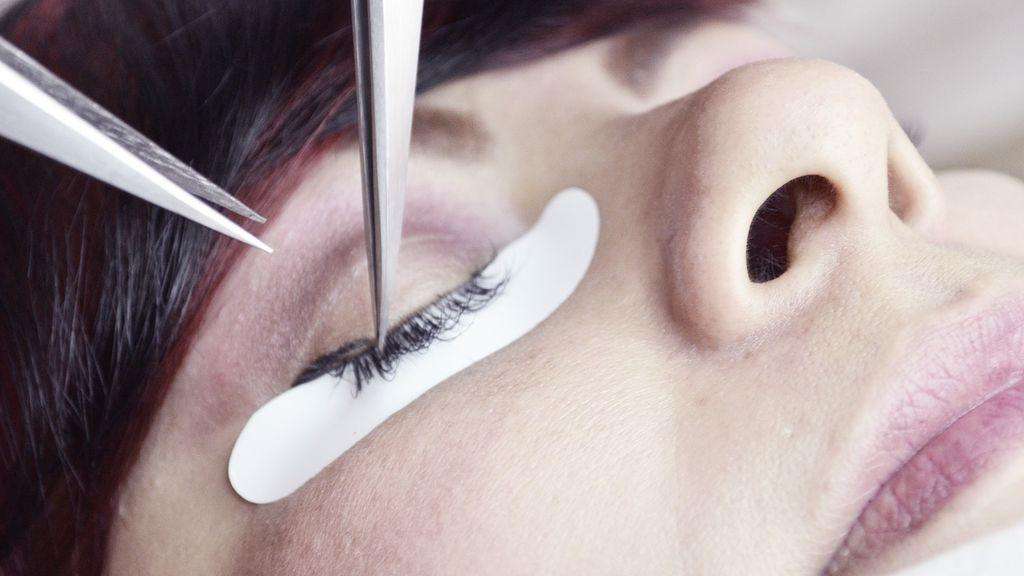 Una joven pierde temporalmente la vista tras ponerse unas pestañas postizas