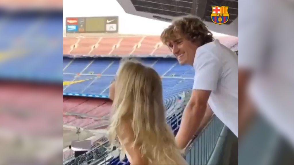 """Griezmann y su hija alucinan con el eco de un Camp Nou vacío gritando """"Barça"""" desde el palco"""