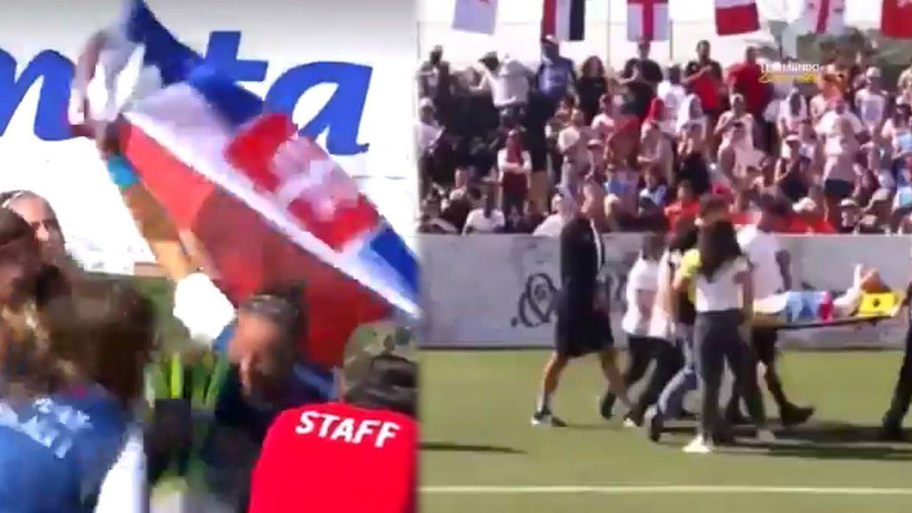 Una jugadora sale en camilla del campo porque una compañera le golpea en la cara al levantar el trofeo