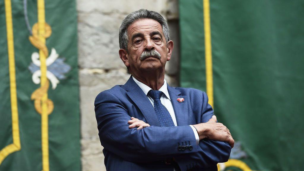EuropaPress_2258779_Toma_de_posesión_del_Gobierno_de_Cantabria_con_Miguel_Ángel_Revila_y_de_sus_consejeros_en_el_parlamento_cántabro_