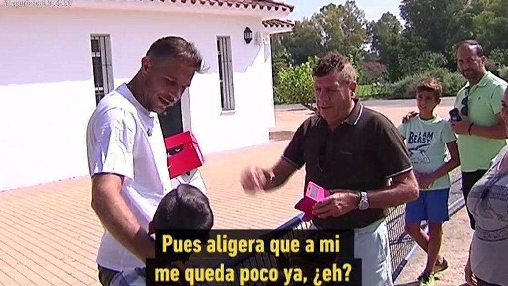 El detalle de Joaquín con un niño aficionado del Betis