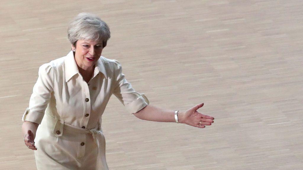 Theresa May vuelve a ser la reina del baile al ritmo de ABBA