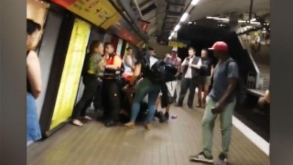 Pelean entre un clan de carteristas y la seguridad del metro de Barcelona